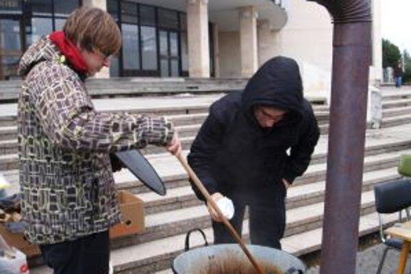 S prípravou gulášu pomáhala Marekova (vľavo) mamina.