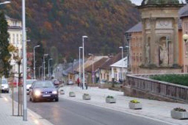 Nové pouličné lampy majú Novobančania aj v centre mesta.