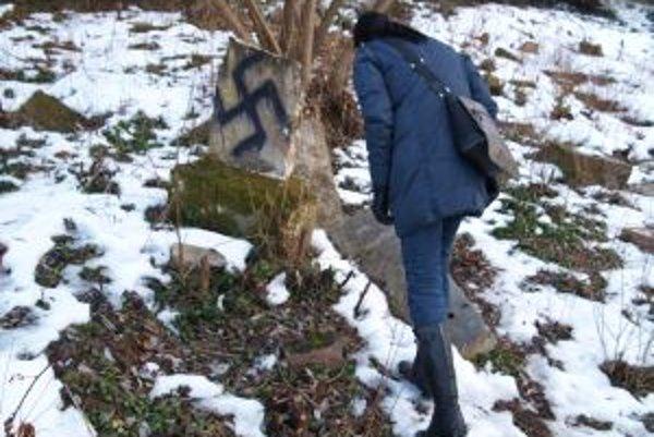 Hákové kríže na žiarskom židovskom cintoríne prekvapili.