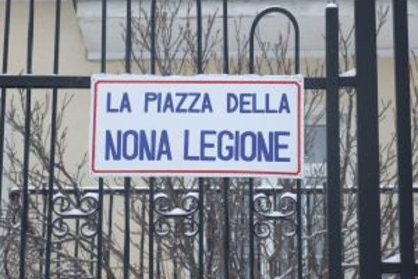 Mätúca tabuľka. Taliansky názov s označením námestia sa ocitol na ulici Hrádza.