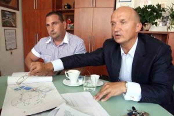 Ivan Černaj (vpravo) z primátorského úradu odchádza, do volieb ho nahradí Peter Antal (vľavo).