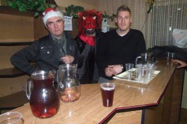Počas predaja vianočného punču vládla v Hliníku veselá nálada.