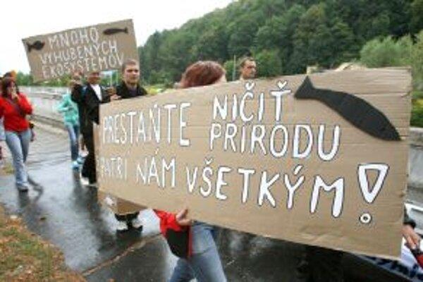 Na začiatku septembra protestovali aktivisti a vodáci proti výstavbe ďalších vodných elektrární na rieke Hron. Jednou z nich má byť aj tá v Šášovskom Podhradí.