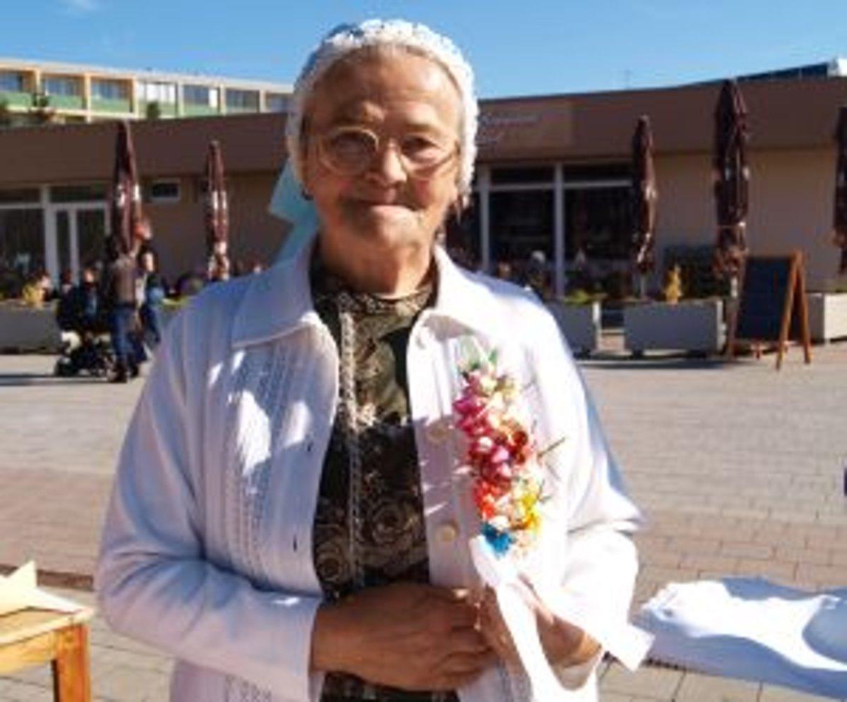 62cb3914e7bc Papierové ružičky pre ženícha. Ľudová remeselníčka Mária Kasanová sa ich  naučila vyrábať od svojej starej
