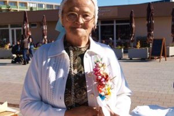 Papierové ružičky pre ženícha. Ľudová remeselníčka Mária Kasanová sa ich naučila vyrábať od svojej starej mamy.