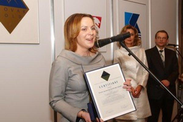 Riaditeľka zariadenia Dominik, Erika Sučanská, pri preberaní ocenenia.