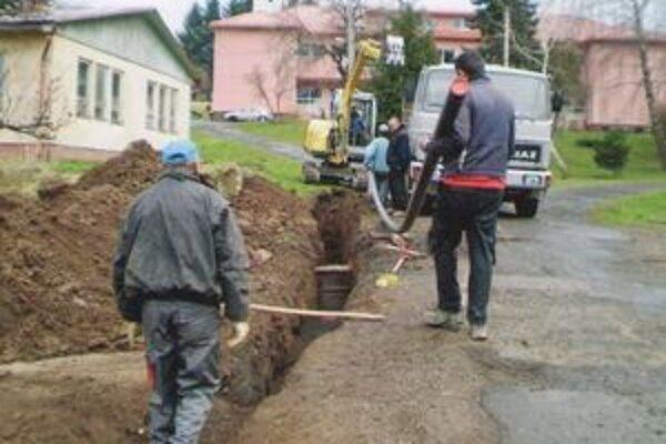 V niektorých častiach komplikoval opravu vodovodu ťažký terén.