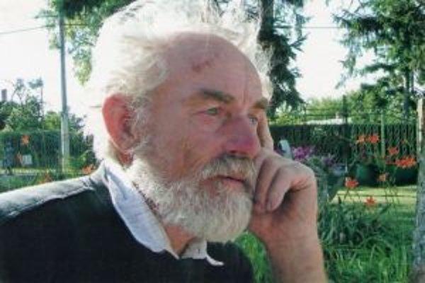 Miron Mihalič, vášnivý zberateľ historických hodín, fajok a porcelánu.