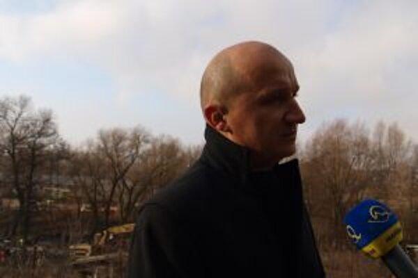 Takto Ivan Černaj hovoril o svojej iniciatíve Zobuďme sa! vlani v novembri, kým bager na náklady mesta likvidoval nelegálne postavené chatrče pod Šibeničným vrchom v Žiari nad Hronom.