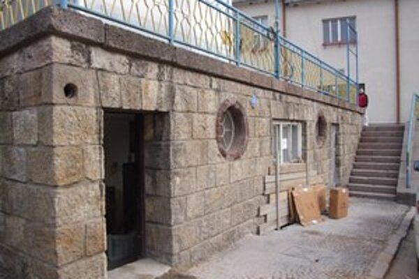 Mimo prevádzky. Počas rekonštrukcie verejných toaliet v Novej Bani sa vyskytli problémy, ale podľa primátora by ich v najbližších týždňoch mali sprístupniť.