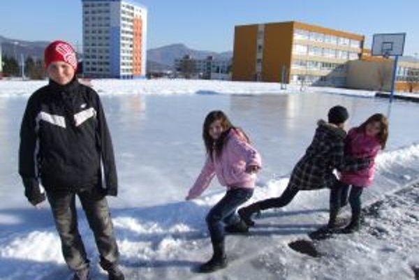 Ľadová plocha bude verejnosti sprístupnená počas mrazov denne do 22. hodiny.