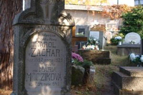 Už náhrobok napovedá, že Karol Zachar bol výrobcom hlinených fajok.