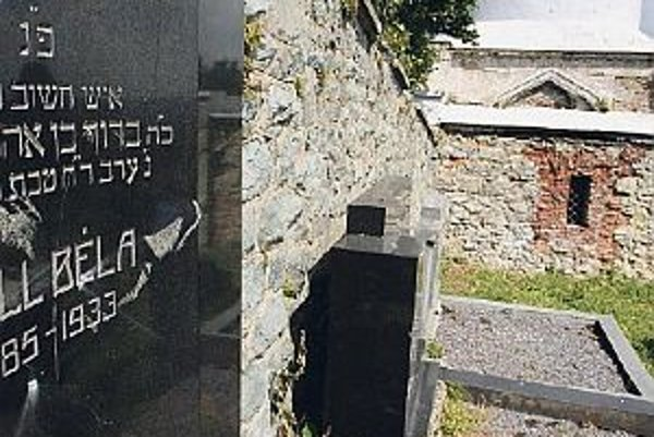 Kamene skončili na zemi, niektoré nápisy poškriabali.