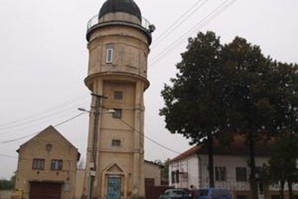 Niekdajšia hvezdárenská veža. Dnes je z bezpečnostných dôvodov uzavretá. Planetárium na jej obnovu peniaze nemá.