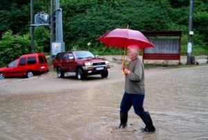 Voda v Šášovskom Podhradí zaplavila dopoludnia približne dve tretiny dediny.