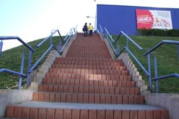 Strmé schody. Mnohým sa zdajú nebezpečné.
