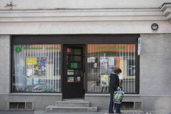 Informačné centrum v Novej Bani. Predávajú v ňom záznam zo zasadnutia zastupiteľov mesta.