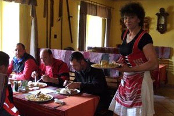 Kreatívny majiteľ reštaurácie. Odkedy obsluhuje v ženských šatách, počet návštevníkov jeho reštaurácie sa výrazne zvýšil.