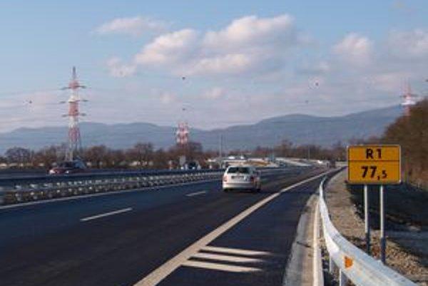 V oboch smeroch už po novej ceste jazdia autá.
