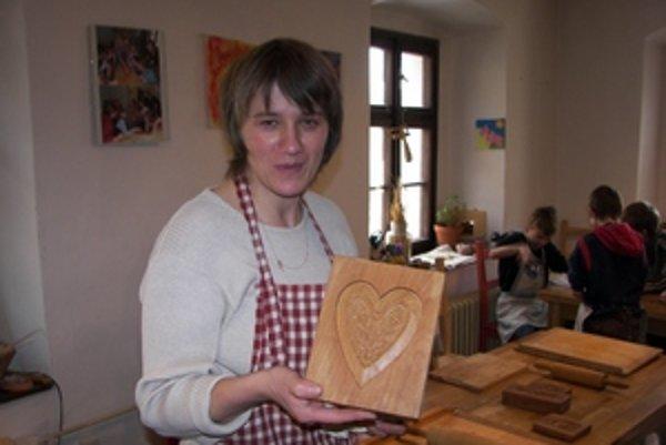 Lektorka Slovenského banského múzea, Anna Ďuricová, ukazuje kópiu dobovej formy na medovníky.