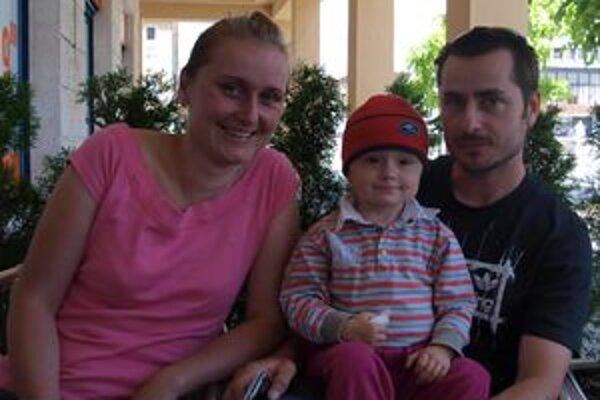 Saška s rodičmi. Dievčatku nádor vyoperovali. Stále však ostáva pod dohľadom lekárskeho tímu v USA.