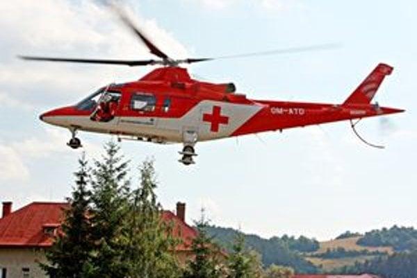 Jedného zo zranených transportoval do nemocnice vrtuľník záchrannej služby.