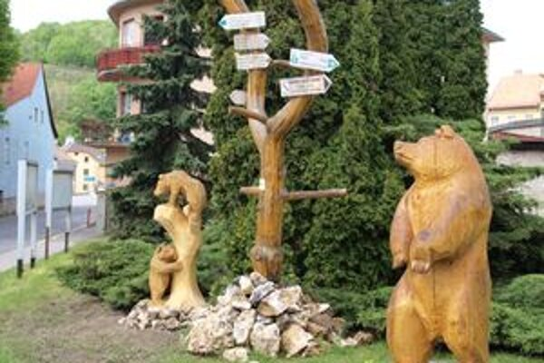 Kútik s drevenými medveďmi v centre Kremnice púta turistov.