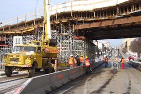 Statika rozostavaného mosta je narušená. Spôsobil to šofér nákladiaka, ktorý zachytil jeho konštrukciu.