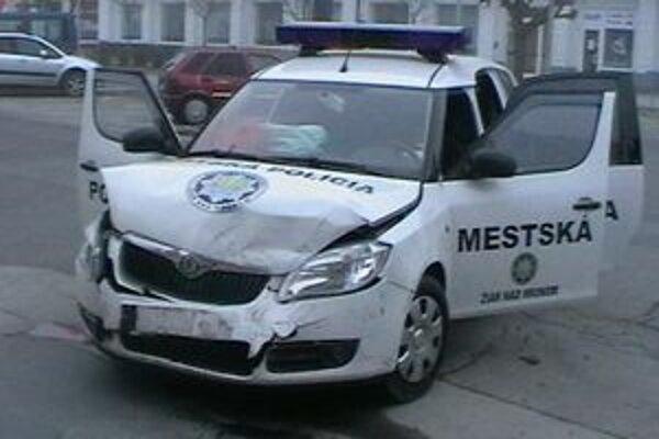 Škoda na policajnom aute je 4750 eur.