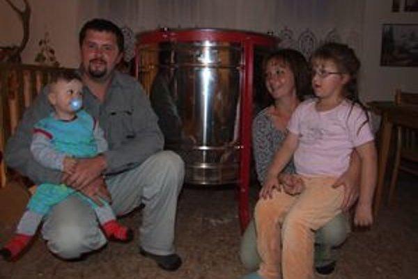 Manželia Lubuškí.Tento rok investovali aj do nového medometu (za nimi).