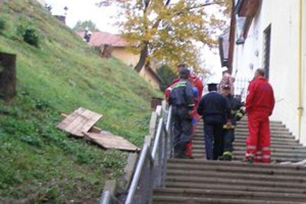 Mŕtveho muža našli ležať na týchto schodoch.