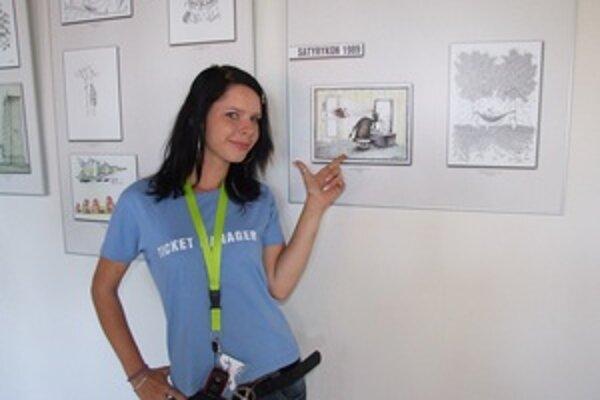 Sprievodkyňa ukazuje karikatúru, ktorá ju najviac zaujala.