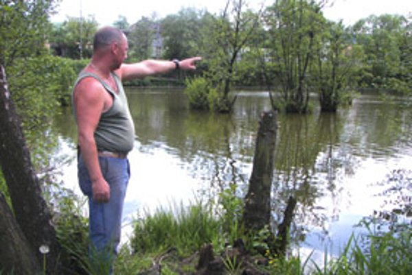 Rybár Peter Bališ nám ukazuje, kde objavil mŕtve telo.