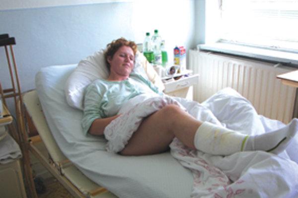 Zranená Zuzana na sekundy hrôzy už zabudla. Stretnutie s medveďom jej budú pripomínať už len jazvy po štyroch veľkých zuboch na lýtku pravej nohy.