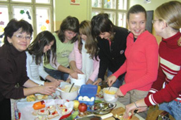 Podľa receptov profesorky K. Rumankovej pripravovali študentky chutné, a najmä zdravé nátierky.