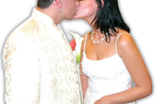 """Superstárista a spevák Robo Mikla sa v sobotu v Bratislave oženil so svojou priateľkou Majkou Legatovou. Z divokého finalistu SuperStar, ktorý bol aj po skončení súťaže známy svojimi rebelantskými kúskami, bol v sobotu """"klasický"""" ženích a zamilovaný manže"""