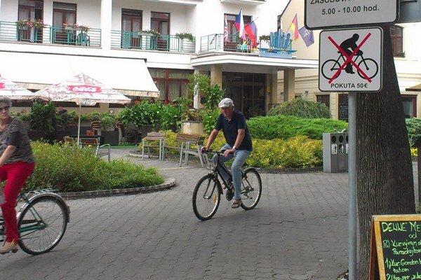 Niektorí domáci roky jazdili na bicykli po pešej a značky ich zjavne nezastavia ani teraz.