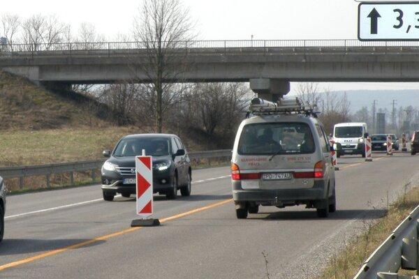 Medzi Novákmi a Prievidzou sa ďalej jazdí len v dvoch pruhoch.