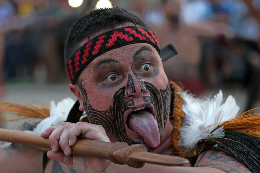 Maorský bojovník počas slávnostného otvorenia.