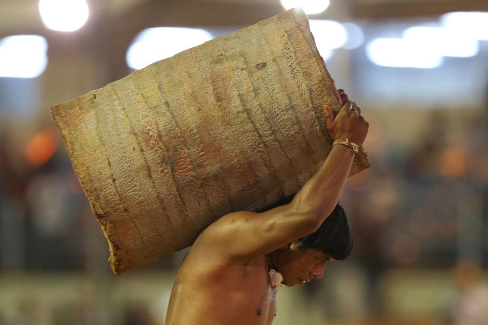 Jednou z disciplín je aj nosenie kmeňov dreva.