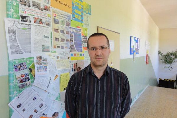 Zoltán Šonkoľ riadi jedinú plnoorganizovanú maďarskú školu v Nitrianskom okrese, ktorá nie je spojená so slovenskou školou.