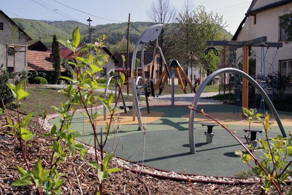 Súčasťou nového detského ihriska sú aj fitness prvky.