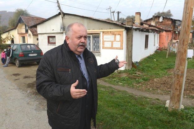 Na snímke Slavomír Brendza, starosta obce Breznica. V pozadí sú staré domy.