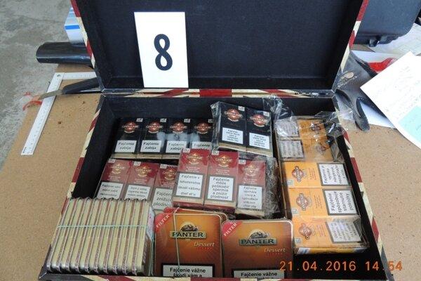 Colníci zadržali pri raziách tonu nelegálneho tabaku v hodnote vyše 100-tisíc.