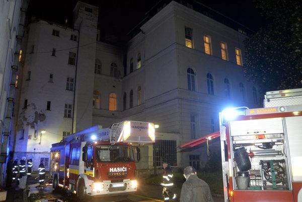 Hasiči zasahujú pri požiari v Univerzitnej nemocnici Bratislava - Staré mesto na Mickiewiczovej ulici.