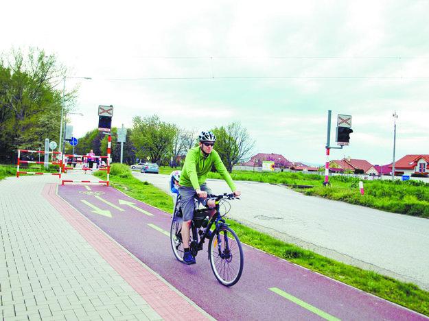 Pribudli tam aspoň zábrany pre cyklistov a chodcov.