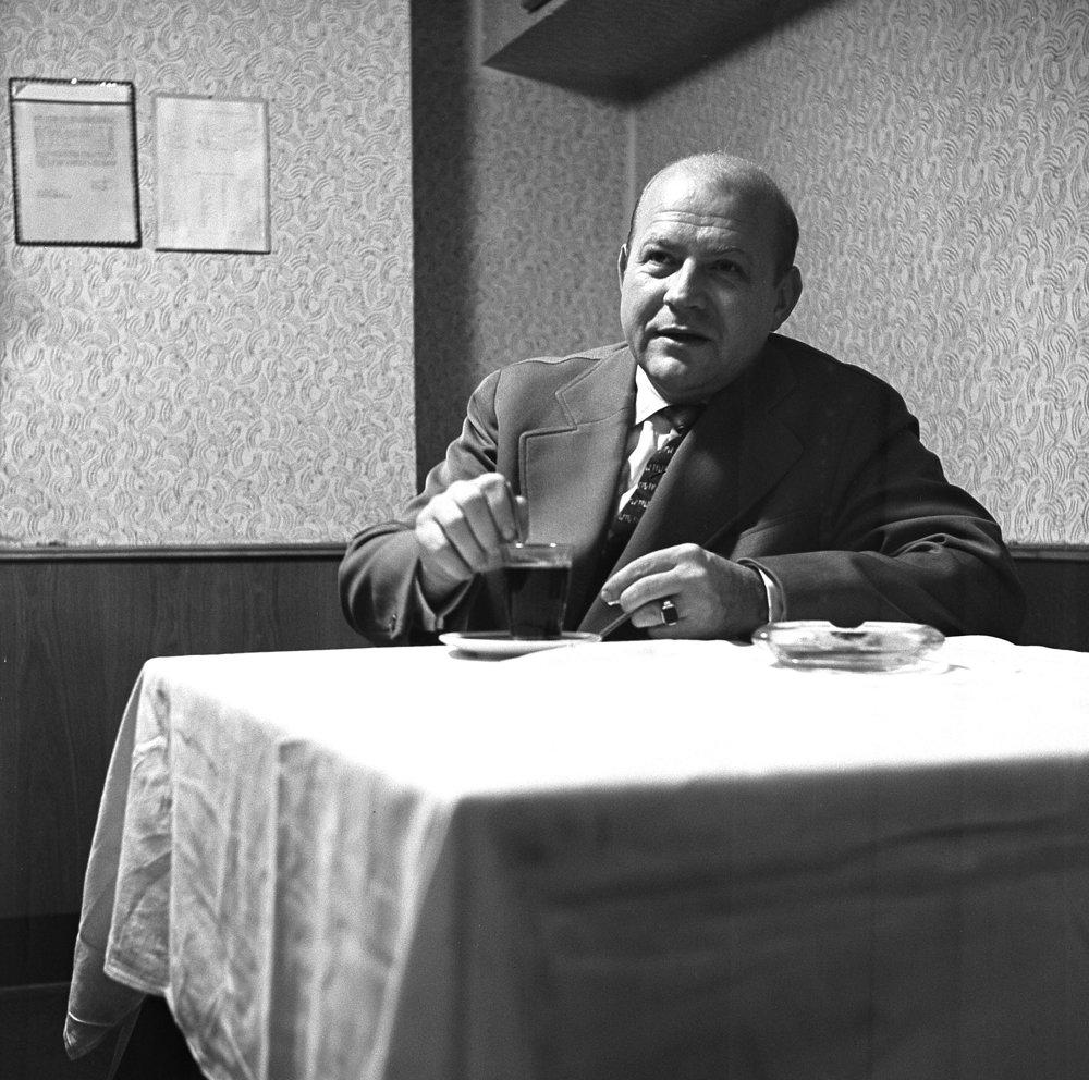Herec, pedagóg a slávny recitátor Viliam Záborský (1920-1982) pri kávičke v divadelnom bufete, 4.10.1960. Je autorom vysokoškolskej učebnice Výslovnosť a prednes, z ktorej sa študenti učia možno dodnes. Jeho prednes Hájnikovej ženy rezonuje pamätníkom v ušiach možno dodnes.