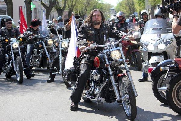 Vodca ruského motorkárskeho klubu Noční vlci Alexander Zaldostanov (uprostred).