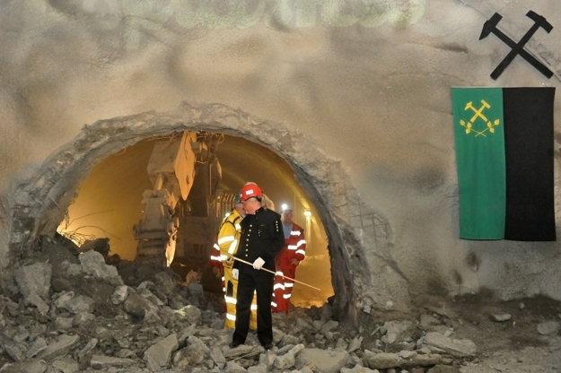 Prerazenie tunela Ovčiarsko na úseku diaľnice D1 Hričovské Podhradie - Lietavská Lúčka.