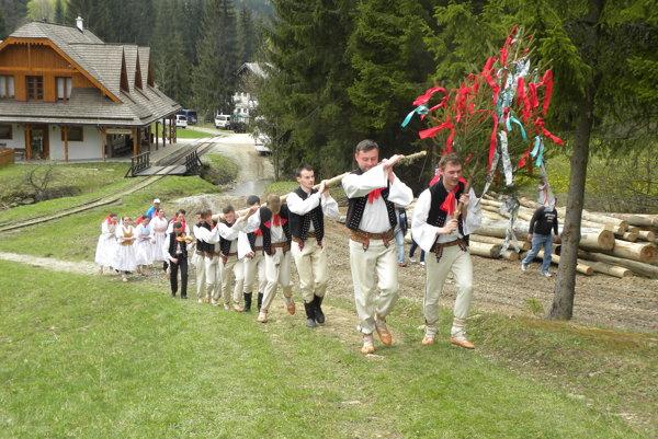 Stavanie mája  sa spája s hudbou, spevom a tancom. Tento zvyk sa na Kysuciach uchováva  dodnes.